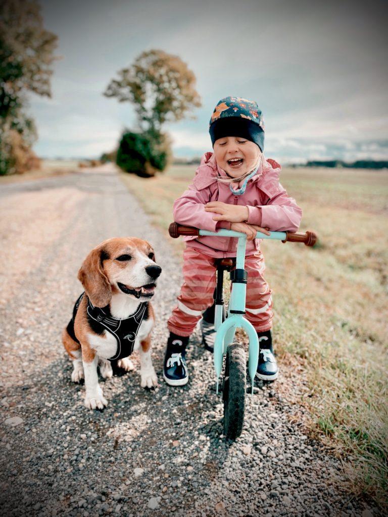 Kind und Hund auf dem Feld